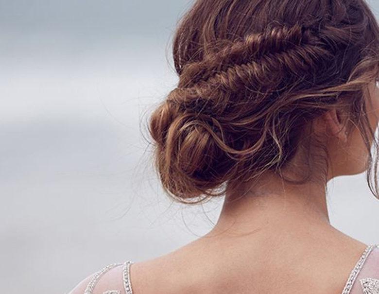 Cum iti poti alege coafura in functie de rochia pe care o porti?